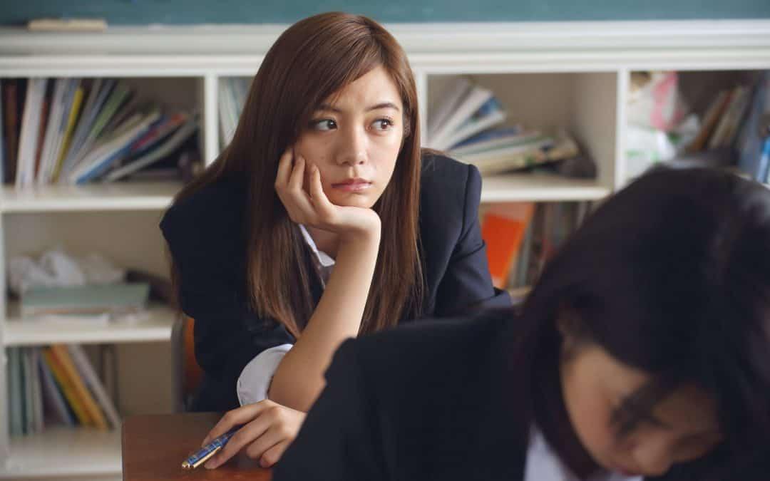 Problème de concentration: une étudiante en train de rêvasser.